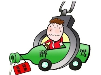 青年男子无证醉酒驾车 竟将汽车开入铁轨
