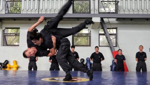 """上海特警训练基地:高温天里""""魔鬼训练""""一天也不能少"""