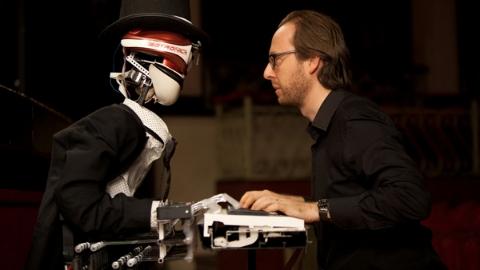 """古典乐也能很有趣!看机器人如何""""叫板""""钢琴家"""