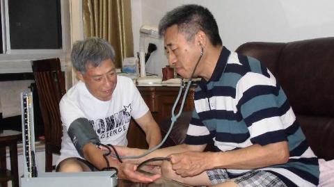 独居耄耋老人患急病,幸得医生邻居相助