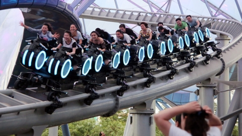 上海迪士尼乐园游客超1300万 预期首个财年盈利