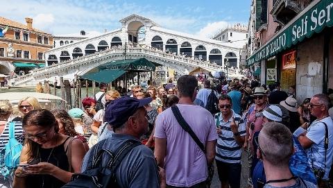 不满生活被打扰 西班牙意大利发生反游客游行