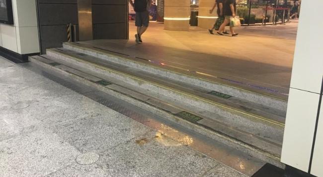 """轨交世纪大道站2号口三级台阶""""挡""""住轮椅路"""