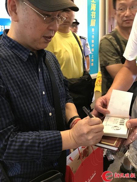 姜荣根给连环画爱好者郭强带来了收藏多年的连环画签名.jpg