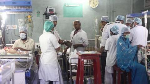 """85名患儿惨死""""断氧门"""" 印度医疗现状触目惊心"""