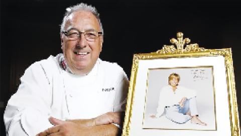 英国前王室厨师达伦·麦奎迪:曾为女王服务11年 卖王室旧食谱做慈善