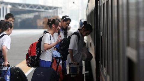 今秋首趟新疆内高班返校学生专列开往上海