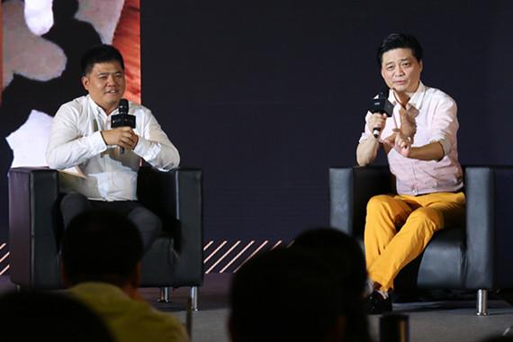 图说:崔永元(右)与樊登(左)展开对话 网络图