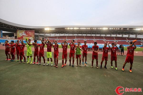 赛后,上海队员集体向球迷致谢-张龙.jpg