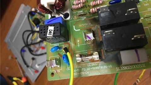 """""""啪""""一声巨响 奥克斯空调电线短路冒火花"""
