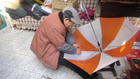 他修了3652把雨伞却分文不取 投身志愿服务传递爱心