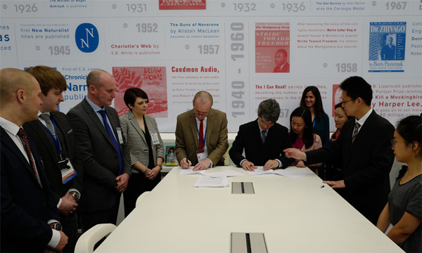 在2017年伦敦书展第一天上午,上海世纪出版集团副总裁毛文涛和Collins Learning 总经理科林·休斯签署合作协议。 苏贻鸣 摄.jpg