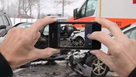 四海城事 |  围观拍摄车祸现场,这些德国司机竟收到罚单