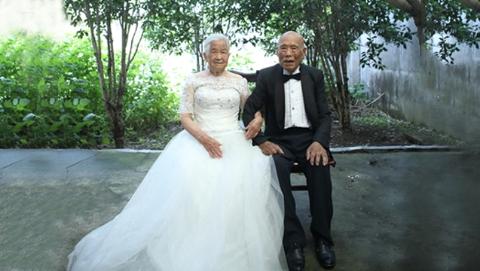 """沪一对九旬老人收""""白金婚""""礼物 这张婚纱照他们等了70年"""