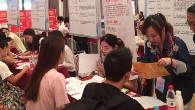 """上海开大开学日与就业招聘日特意""""撞车""""出新意"""