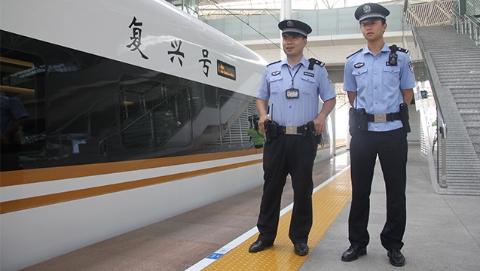 """上海铁警""""决战百天"""" 护航350公里时速""""复兴号""""安全运行"""