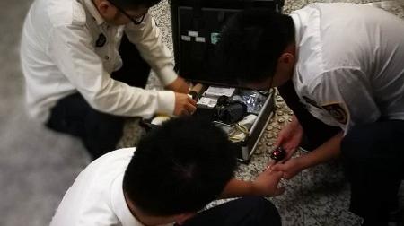 """沪7号线一男子昏迷 情侣救人:一个掐人中 一个""""点穴"""""""