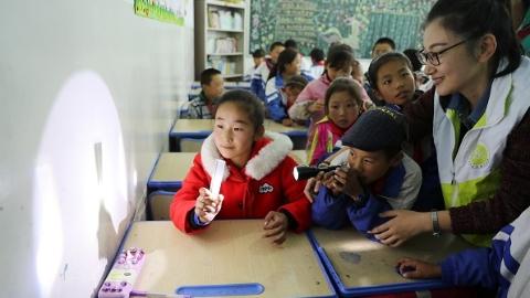 """【砥砺奋进的五年】上海科学家在青海湖畔成功打造""""七彩之光""""科普基地"""