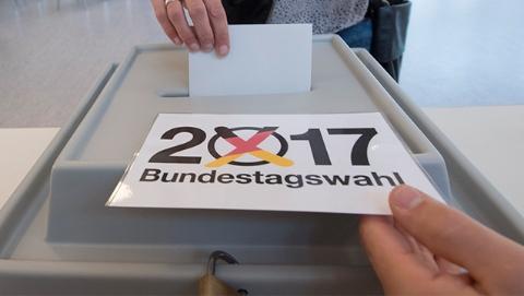 默克尔率联盟党赢得德议会选举最多选票 极右翼政党半个世纪以来首次进入议会
