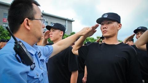 """""""学走路 学说话 学做人""""申城预备警官锤炼记"""