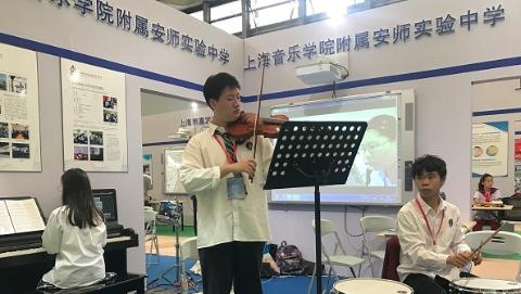 """没有黑板和纸笔,""""教室""""会变成什么样?上海市中小学创新实验室集中亮相"""