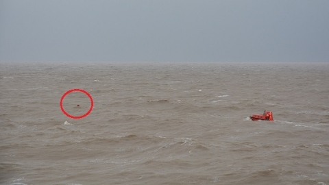 渔船今晨连云港外海沉没 7人落水5人获救