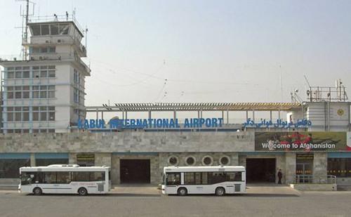 美防长甫抵阿富汗    喀布尔机场即遭火箭弹袭击
