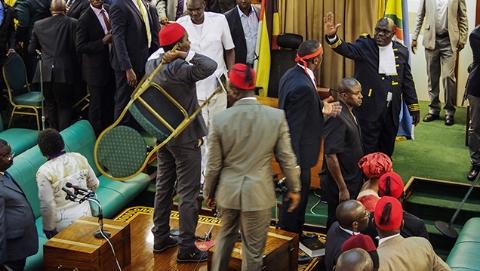 为取消总统年龄限制动议       乌干达议会上演全武行!