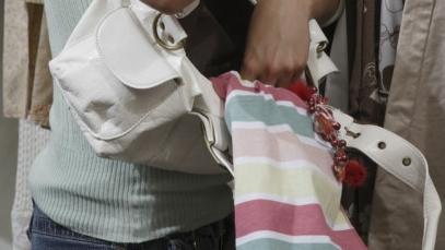 """偷来百余件衣物只看不穿?女子称偷衣可以""""减压""""看看就高兴"""