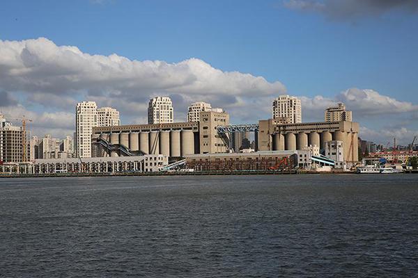 图片1从杨浦滨江看向江对面,筒仓改造正在进行中.jpg