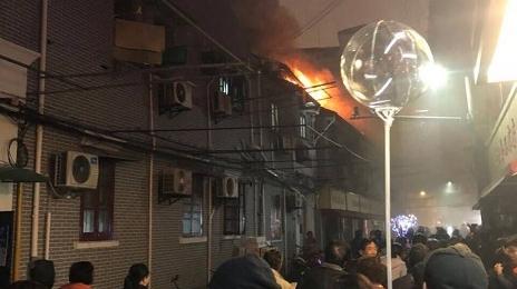 老式民居突发火灾 消防队员救出九旬阿婆