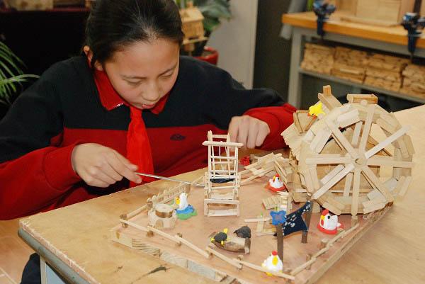 【图】新泾中学学生在木艺课堂上制作作品(校方供图).JPG
