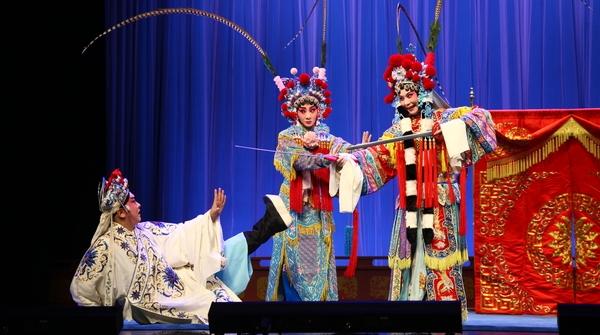 台上三分钟,台下不止十年功!成为京剧演员要吃的那些苦……