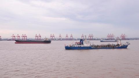 吴淞口锚地一货船昨天深夜沉没 13名船员中已有3人获救