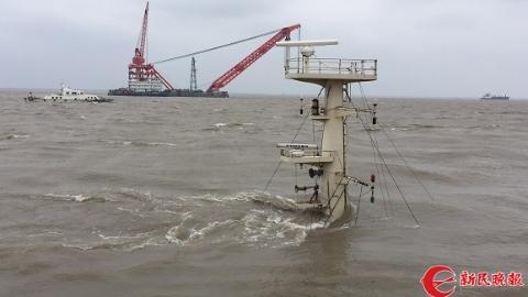 最新!吴淞口锚地沉没货船搜救发现:右舷尾部有一个大洞
