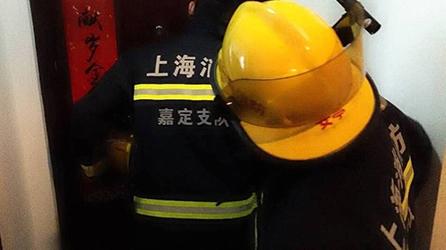 """2岁女孩被困家中,消防员""""索降""""入室:罪魁祸首竟是它!"""