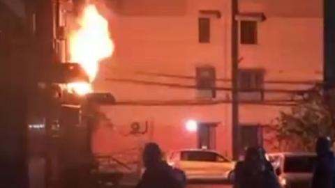 """呼玛一村某居民楼2楼近日向外""""喷火""""  所幸未造成人员伤亡"""