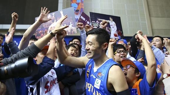 """全场高喊""""MVP""""!离沪四年刘炜仍是上海球迷心中的大英雄"""