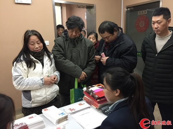 """排在最前面的张锦弟、陈中仙夫妇等着6时30分开售""""狗票"""".jpg"""