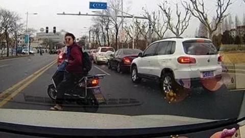 男子违法骑行被劝阻 破口大骂还踢车门