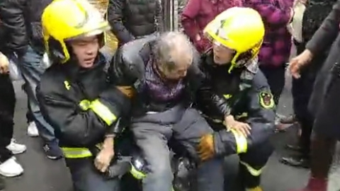 新闻追踪|火灾后用腿给老人当板凳坐 两名上海消防员感动网友