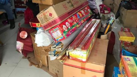 闵行警方查获非法贩运烟花爆竹案件  缴获39箱各类烟花爆竹