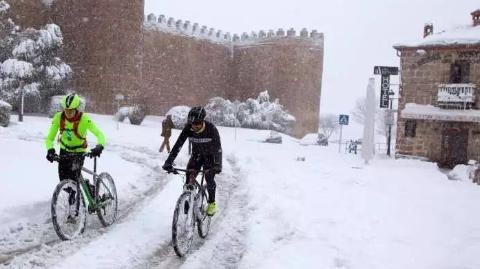 西班牙多地遭寒潮侵袭 大雪封路千人滞留