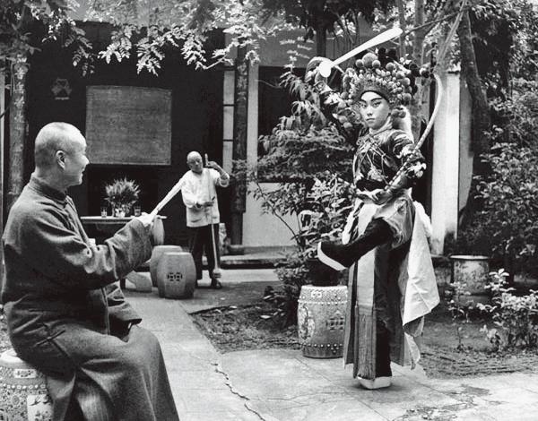 1953年,盖叫天在燕南寄庐给三子小盖叫天说戏.jpg