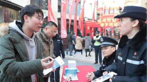 """松江分局开展""""110宣传日""""活动 警营书法家给市民送平安对联"""