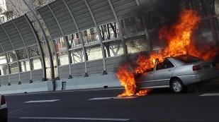 沪中环外圈一车辆突发起火 幸无人员伤亡