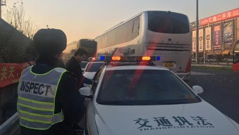 沪苏今天联合交通执法 查到省际客运违法行为40余起