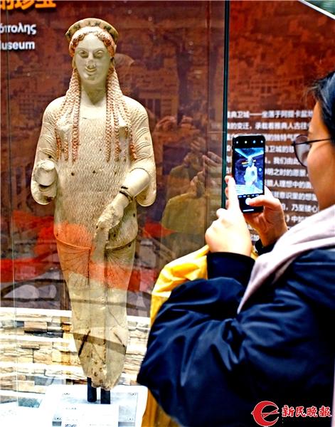 观众在观赏 科拉雕像-郭新洋.jpg