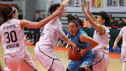双拳难敌四手!榜首大战上海女篮主场惜败北京队