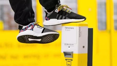 四海城事  柏林公交公司推出一款年票鞋,凭鞋坐车!